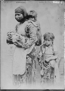 Armenian_woman_and_her_children_from_Geghi_1899-1.jpg